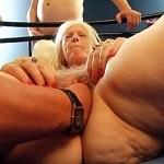 Mamie blonde se fait fister sa chatte blonde en gangbang