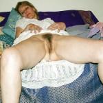 Jacqueline bourgeoise les jambes écartées