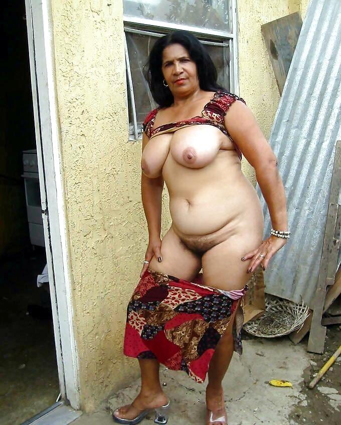 Femme rom exhibitionniste à chatte touffue