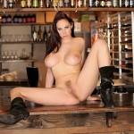 Gianna Michaels nue en bottes sur le comptoir