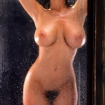Playmate métisse à gros seins et velue sous la douche