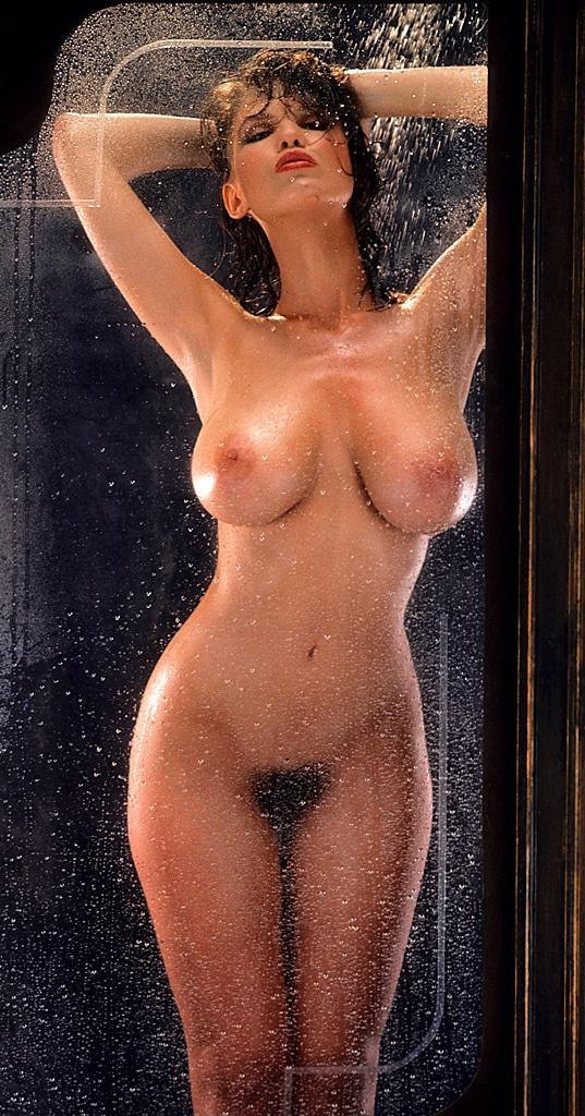 Une playmate à gros seins