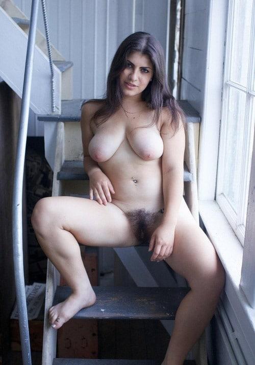 Brunette grassouillette nue