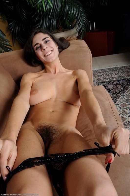 Selma, portugaise mince à gros seins à chatte très poilue