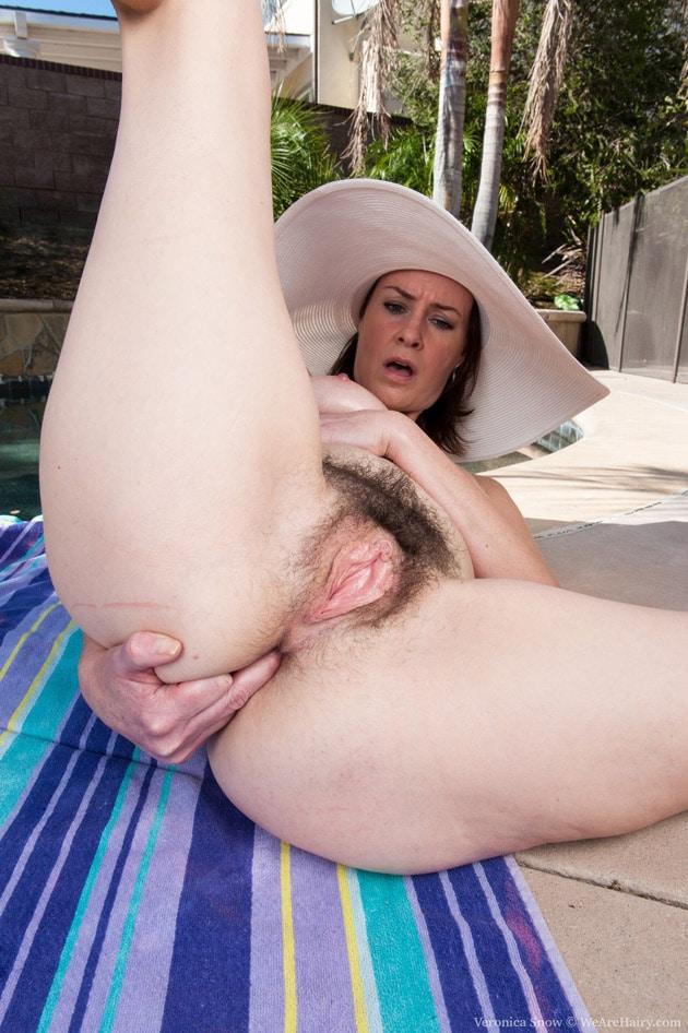 Femme mature chatte poilue piscine