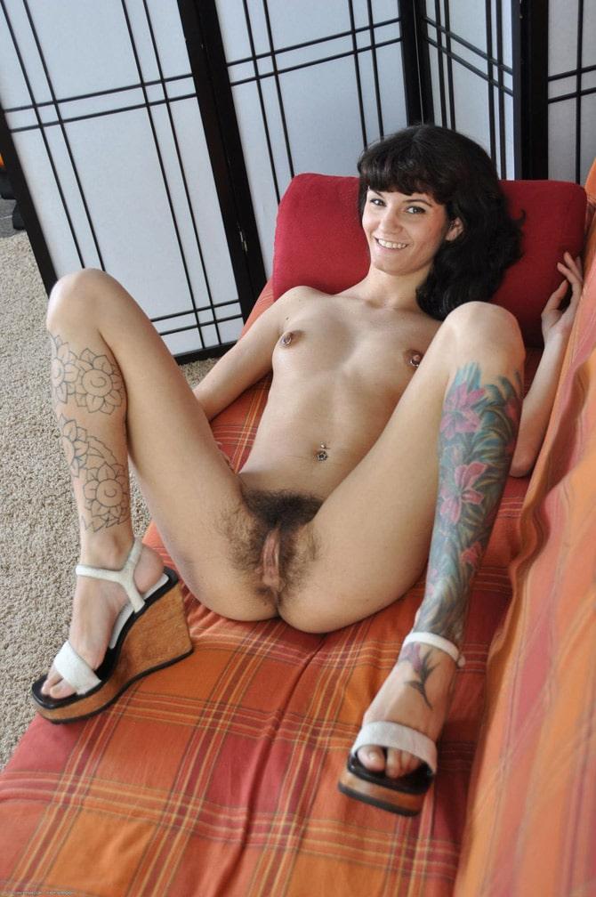 meuf-frange-tatouee-chatte-poilue-brune-5