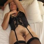 Bourgeoise pulpeuse en lingerie à la chatte soyeuse