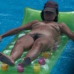 Mature à touffe velue bronze nue à la piscine