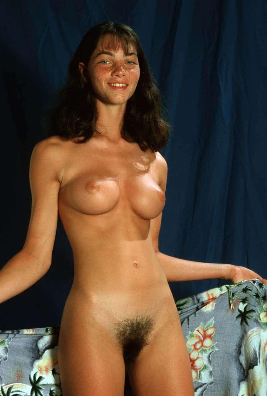 Angélique, babe aux seins ronds et minou velu