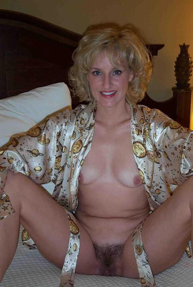 Touffe poilue de housewife blonde