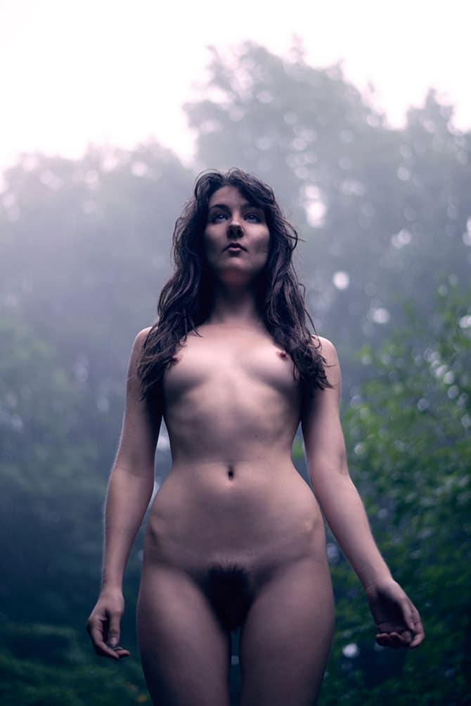 Femme naturiste nue au petit matin