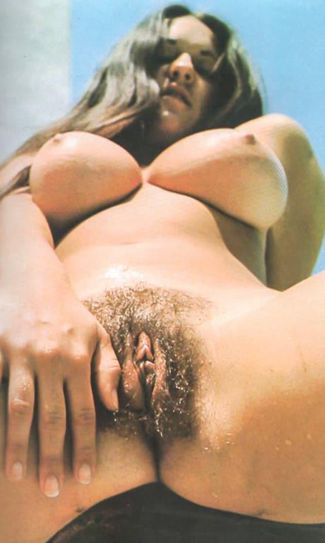 Jeune chaudasse au gros clitoris