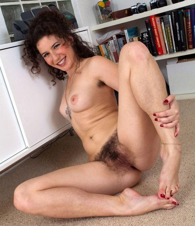 Secrétaire débauchée nue au bureau