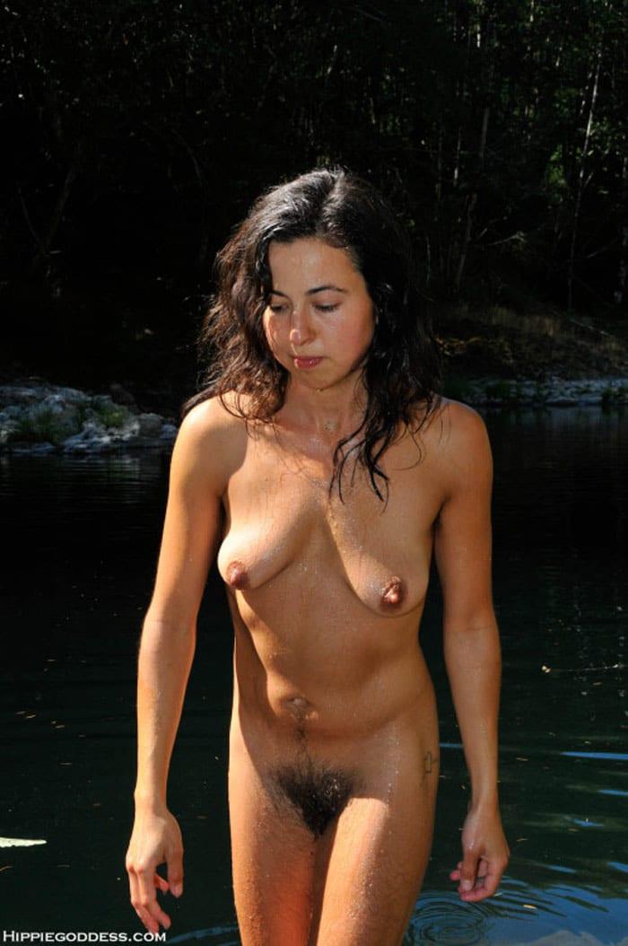 apres un essayage de maillot, cette rousse sensuelle jouit dans la piscine