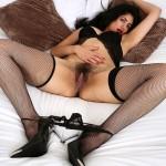 Escort-girl extravagante à l'entre-jambes charnu et pileux