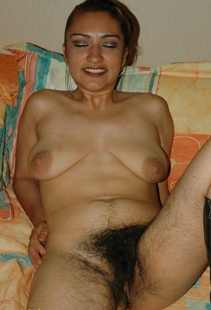 fille black jambes poilue