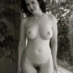 Tiffany brunette bien charpentée nue avec une motte soyeuse