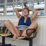 Femme à lunettes exhibitionniste flashe sa chatte à la gare