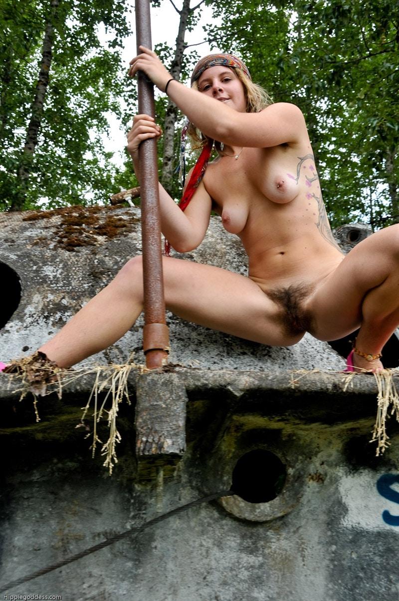 femme-rasta-blanche-nue-velue-nature-7