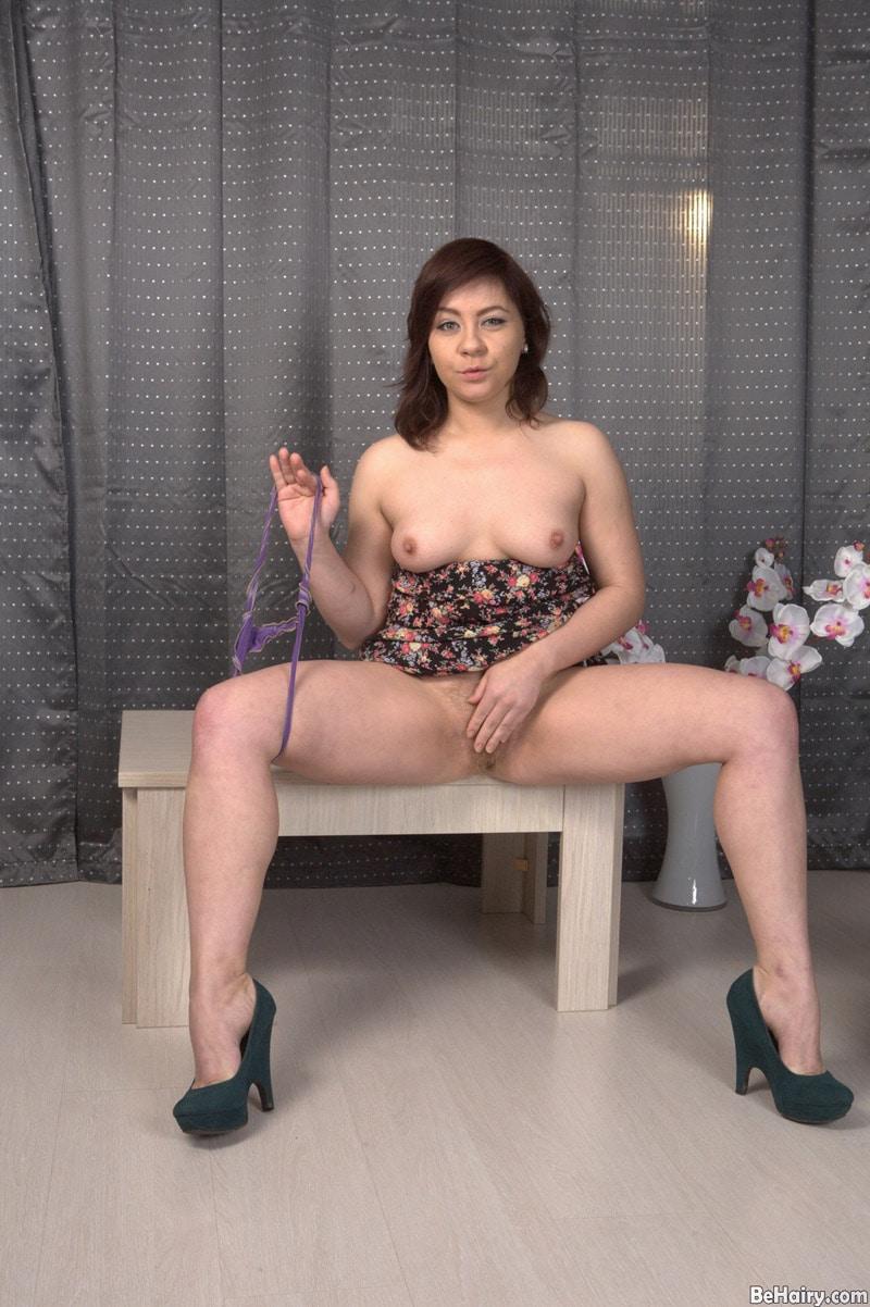 irina-long-chatte-touffue-masturbation-anale-1