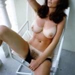Jeannie MILF brune à gros seins nue en terrasse