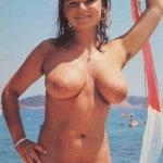Sonia, vacancière naturiste de 18 ans à gros seins et à la motte crépue, nue