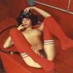 Brigitte Lahaie poilue, nue avec de grandes chaussettes