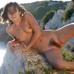 Maeva brunette chouchou nudiste à la chatte duveteuse