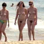 Femmes nues sur plages naturistes