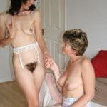Tatie initie une milf brune poilue au plaisir lesbien