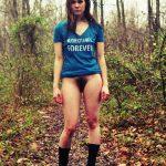 Brunette sans culotte dans les bois