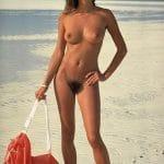 Babe nudiste globe-trotter à la belle motte naturelle
