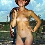 Cowgirl nue et vintage aux petits seins