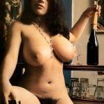 Vixen espagnole aux énormes seins à l'énorme touffe