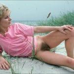 Brigitte, milf divorcée à la chatte touffue à l'air à la plage