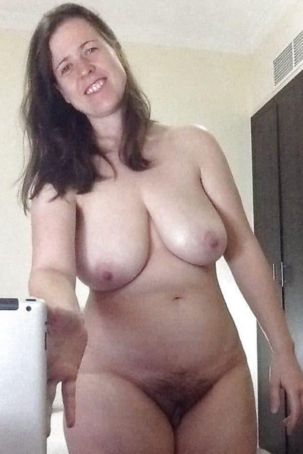 maman nue dans la cuisine