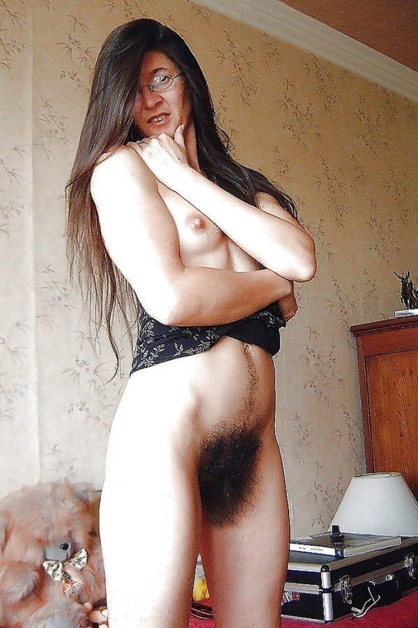 Femmes chatte poilue doigt et dtirement ses joues