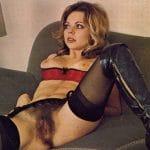 Ursula, blonde excentrique au gros minou en lingerie