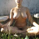 Judy, blonde pulpeuse à la chatte velue fait de la méditation nue