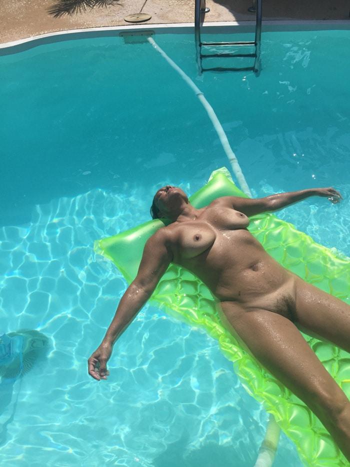 Mature bronze nue piscine