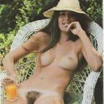 Coquine à la foufe poilue, nue dans le jardin