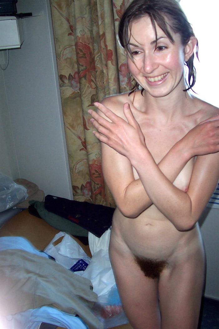Photos d'amatrices se tenant debout chez elles toutes nues