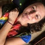 Yvette, mature hippie poilue  aime s'insérer des plugs
