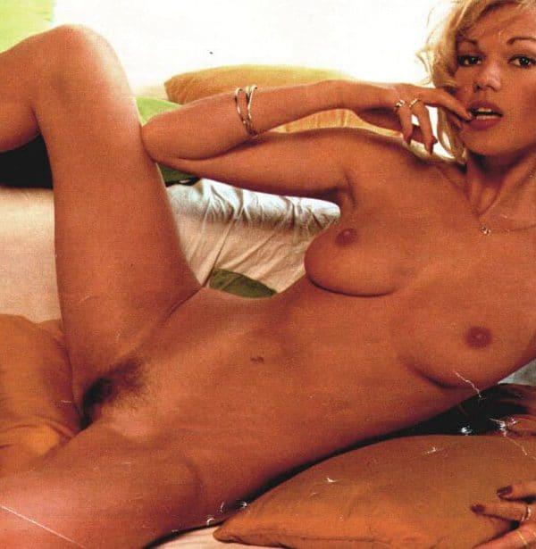 Brigitte Lahaie nue se lèche les babines