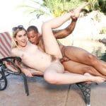 Niki Snow blonde poilue baisée par son beau père black