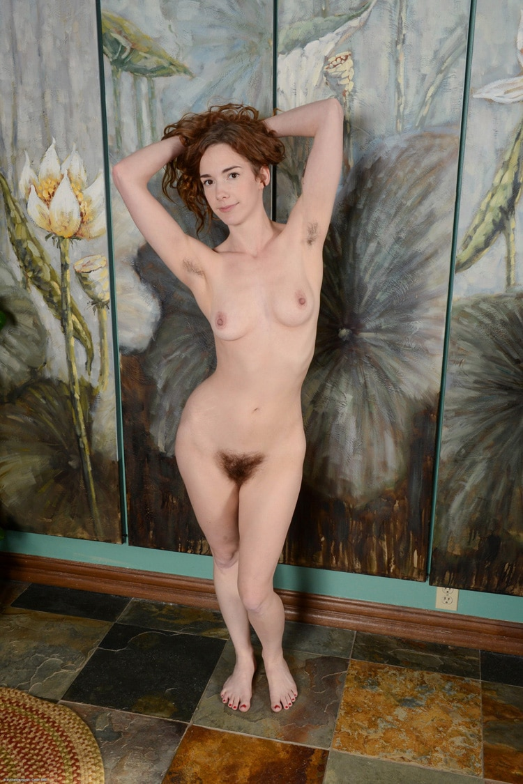 Céline, rousse nue debout
