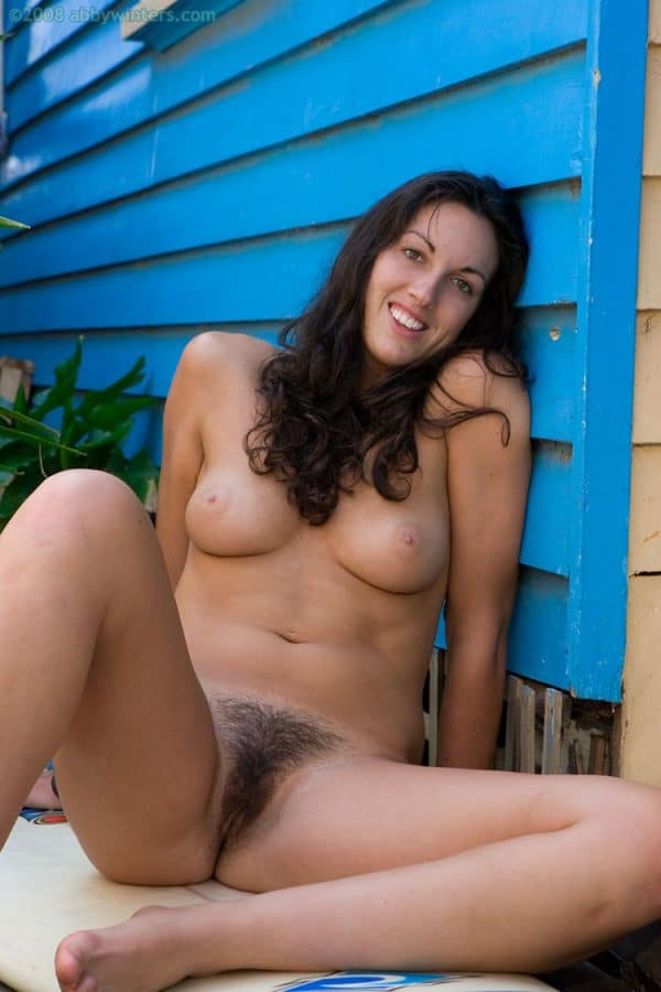 Julie brunette naturiste sexy