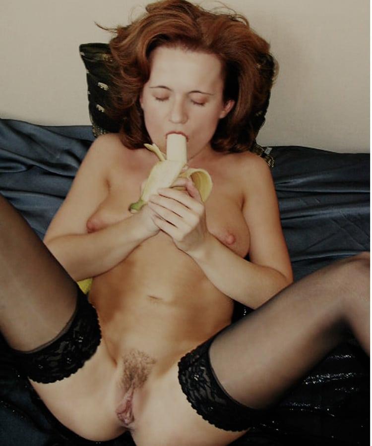 Berthe, femme mature poilue qui mange une banane nue