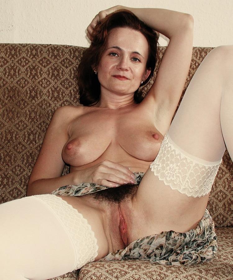 Berthe, femme mature poilue relax exhibe sa belle touffe