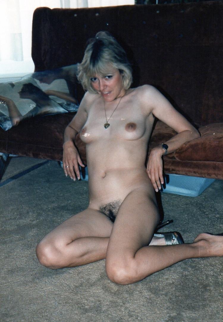 Valérie, maman poilue salope aux petits seins